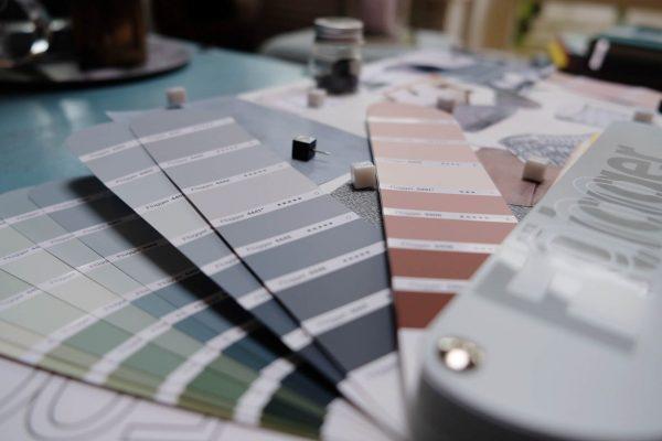 Färgsättning planeras till ditt hem och färgkoder levereras.